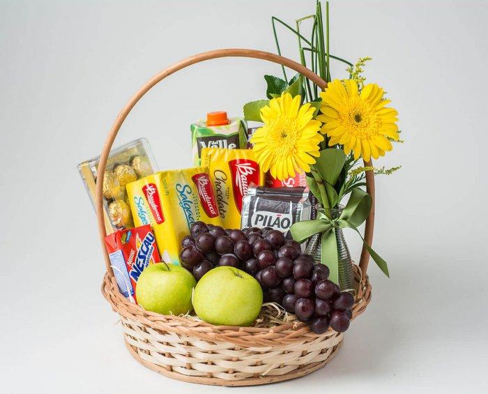 cesta de café da manha com flores