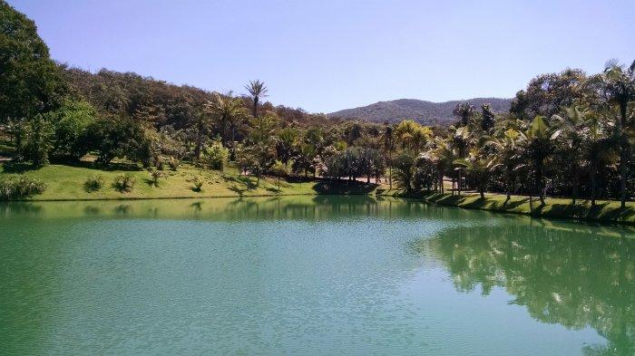 Rio da cidade de Brumadinho em MG que esta entre os lugares baratos para viajar no Brasil.